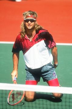 American tennis player Andre Agassi paired denim shorts with fluorescent cycling shorts and flamboyant shirts. Agassi refused to play Wimbledon from 1988 to 1990 because he didn't approve of the all-white dress code. Tennis Fashion, Sport Fashion, 90s Fashion, Spring Fashion, Serena Williams, American Tennis Players, Denim Blog, Tennis Legends, Tennis World