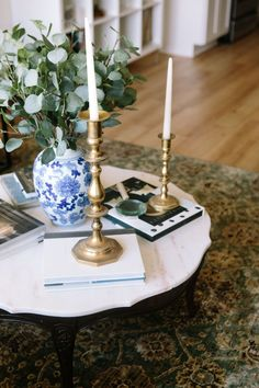 marble coffee table with ginger jar and gold candlesticks    coffee table styling
