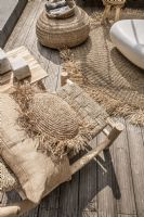 A villa-style home must!The Raffia handwoven cushion round natural M from Bazar Bizar adds a beautiful element of texture to your soft furnishings. Dark Interiors, Interior Garden, Soft Furnishings, Natural Materials, Dried Flowers, Interior Inspiration, Home Accessories, Terrace, Hand Weaving