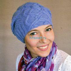 Модная шапка с красивым узором голубого цвета
