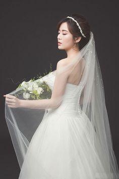 Fan nữ MU nổi tiếng ở Việt Nam xinh tươi, duyên dáng khi diện bộ soiree trắng của thương hiệu đình đám Vera Wang.