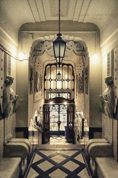 An Art Nouveau building, antrée details, Budapest, Hungary, Kontiki képe.