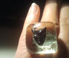 Anello regolabile, esemplare unico con base in vetro sormontata da maschera in vetro fuso colore nero