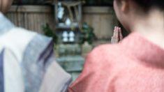 女性が誇るパッティンググリーン、日本の手 stock photo