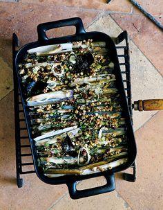 Recette Couteaux grillés aux herbes et aux noisettes : Nettoyez 600 g de couteaux et égouttez-les.Placez-les dans un plat à four, saupoudrez du zeste de 1 c...