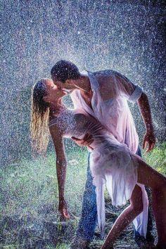 35 Most Romantic Couples Photography In Rain Kissing In The Rain, Dancing In The Rain, Romantic Moments, Romantic Couples, Romantic Kisses, Rainy Night, Rainy Days, Foto Top, I Love Rain
