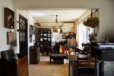 リサイクルショップや骨董市で購入した家具、雑貨に彩られた空間。古い時代を彷彿とさせる。