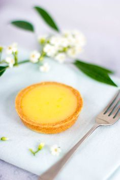 Citroen taart 200 gram bloem 25 gram amandelmeel 80 gram fijne kristalsuiker (of poedersuiker) Flinke snuf zout 150 gram koude boter (in blokjes) 1 eigeel (L) 2x recept voor lemon curd