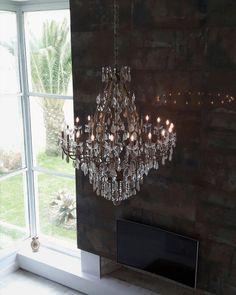 LUSTRE MÂNTOVA 20 BRAÇOS AMBIENTADO EM SALA DE ESTAR. #chandelier #crystal #luxury