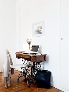 ideas sewing machine desk diy home office for 2019 Singer Table, Singer Sewing Tables, Sewing Machine Desk, Old Sewing Machines, Sewing Desk, Sewing Cabinet, Mesa Singer, Home Office, Office Desk