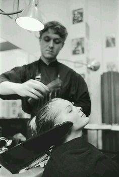 Une très belle photo, assez rare, de Romy chez son coiffeur attitré Alexandre de Paris, au bac pour le shampoing, le 10 juin 1958. #romy #romyschneider #romyforever #icone #legende #muse #actrice #cinema #cinemafrancais #photographie #alexandredeparis @alexandredeparis_coiffure #romychezlecoiffeur