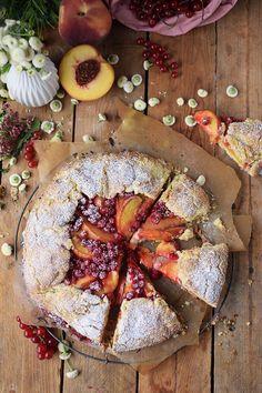 Galette mit Pfirsichen und Beeren