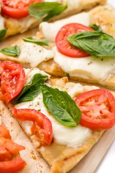 Find out how to make Bobby Flay's Margherita grilled pizza Pizza Recipes, Dinner Recipes, Food Dishes, Main Dishes, Eat Pizza, Zucchini Pizzas, Grilled Pizza, Deep Dish