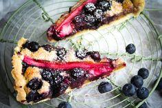 Mandelkuchem mit Rhabarber und Heidelbeeren - zwei Stück nimmt man mindestens