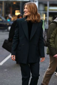 """ani on Twitter: """"""""ass or tits"""" bro rosamund pike in a suit… """" Joey King, Paparazzi Photos, Rosamund Pike, Celebs, Celebrities, Celebrity Pictures, Suits For Women, Medium Hair Styles, Pretty People"""