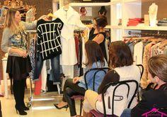 De Cielo Palma Showroom otoño-invierno - Nuestra personal shopper explicando lo combinable que es un abrigo en color blanco. ¿Aún  no tienes el tuyo? No te preocupes... lo encontramos seguro! www.palmashoppers.com