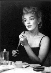 Marilyn Monroe applies her make up.