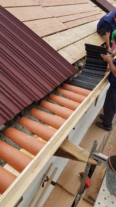 A execução de uma cobertura com telha canudo, usando subtelha, exige compatibilidade de geometria, de fixação e de remate, de forma a garantir o funcionamento do conjunto, nomeadamente a estanquidade à água e ventilação da face inferior da telha. As subtelhas são em geral chapas onduladas realizadas a partir de varios materiais e complementam a estanquidade à água da cobertura. Shoe Rack, Stairs, Home Decor, Hair Iron, Frosting, Shape, Corrugated Tin, Stairway, Decoration Home
