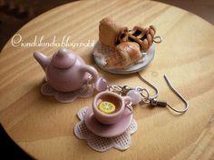 """Orecchini """"L'ora del tè"""" in ceramica e Fimo :-) Hand Made Nel vassoio al centro del tavolo: ciondoli charms mini croissant, fetta di crostata e pain au chocolat tutti realizzati in Fimo ---Polymer Clay and Pottery---"""