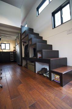 Diseño de escalera en casa muy pequeña de madera