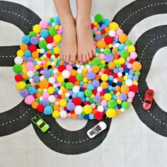 Sink your feet into this soft, cozy and easy DIY pom pom rug!
