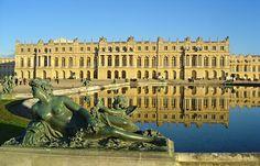 Versailles, Koning Lodewijk XIV was een voorstander van het Droit Divin. hij wou geen Feodale samenleving meer maar een centralisme. zo kon hij alles goed in de gate houden. zo trok hij alle macht naar zich toe en moesten de adelen wel luisteren naar hem. Hij zei dat hij zijn macht rechtstreeks van God had gekregen. en in die tijd waren ze erg gelovig dus dachten ze dat als je tegen de koning in gaat dan ga je tegen God in en dan zou je naar de hel gaan. Daarom durfde ze niet in opstand te…