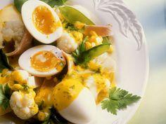 Blumenkohl und Zuckerschoten mit Kurkumasoße und Ei | Zeit: 30 Min. | http://eatsmarter.de/rezepte/blumenkohl-und-zuckerschoten-mit-kurkumasosse-und-ei