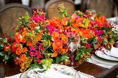 Arranjo de flores da mesa dos convidados em laranja, vermelho e verde ( Decoração: Disegno Ambientes | Foto: Fernanda Scott ) #wedding #weddingdecor #centerpiece