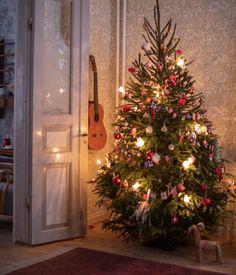 Vårt hem i juletid (UnderbaraClara) Christmas Feeling, Swedish Christmas, Christmas Time Is Here, Scandinavian Christmas, Rustic Christmas, Winter Christmas, Christmas Tree, Christmas Mantels, Xmas Decorations