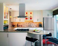 """Diseño De Cocina Pequeña. """"Trucos para decorar""""     El decorar es cuestión de creatividad y el diseño depende de todo el ingenio que tienes para acomodar todo estratégicamente en la cocina, en este caso que es una cocina pequeña, debemos comprar de acuerdo al tamaño los elementos, muebles y electrodomésticos que no sean tan grandes para crear un espacio aprovechable para tener la cocina perfecta.  La cocina es el lugar....  Diseño De Cocina Pequeña. Para ver el artículo completo ingresa a…"""