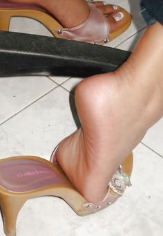 sexy women feet showing soles in sandals Beautiful Toes, Gorgeous Heels, Sexy Sandals, Bare Foot Sandals, Feet Soles, Women's Feet, Purple Toes, Pantyhose Heels, Cute Toes