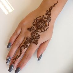 Are you looking for easy mehndi designs for eid that you can try at home? We have collected some of the simple and elegant look mehndi designs for you. Pretty Henna Designs, Modern Mehndi Designs, Mehndi Designs For Girls, Mehndi Design Photos, Mehndi Designs For Fingers, Henna Tattoo Designs, Mehandi Designs, Simple Henna Tattoo, Henna Tattoo Hand