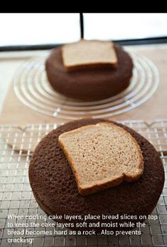 Who knew? A slice of bread on top so the cake layers do not become stale. The bread becomes hard as a rock, but the cake layers remain moist and perfect. this same trick works with muffins, cupcakes and cookies too Try it, it really does work. Just Desserts, Delicious Desserts, Dessert Recipes, Yummy Food, Dinner Recipes, Food Cakes, Cupcake Cakes, Fondant Cakes, Car Cakes