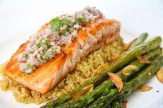 Pan-seared salmon with asparagus, arugula, zucchini and quinoa Orange Recipes, Salmon Recipes, Lunch Recipes, Cooking Recipes, Sugar Free Diet, Sugar Free Recipes, Orange Zucchini, Salmon And Asparagus, Pan Seared Salmon