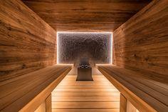 Design-Sauna im Alpenstil Sauna Steam Room, Sauna Room, Indoor Sauna, Sauna House, Home Gym Flooring, Sauna Design, Hot Tub Garden, Wooden Architecture, Hotel Amenities