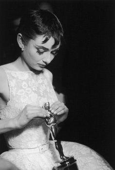 Audrey Hepburn imagen registrada creada por la tecnica d epintura de plata y impresión.
