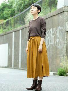 茶色とからし色というアースカラーの組み合わせが秋らしく、季節感が出ますね。長めの丈のスカートに編み込みのブーツを合わせて少しハイカラな装いに。