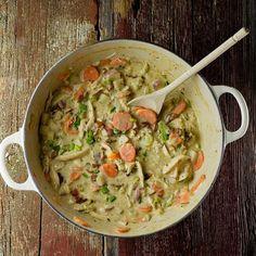 """Dit gerecht zit ergens tussen een stoofpot en een soep. Het is dikker dan soep en hoewel we hem """"kipstoofpotje"""" hebben genoemd zorgt de romige saus voor een wat meer soep-achtige ervaring. Laten we het gewoon zo zeggen, je gaat zowel je lepel als mes en vork gebruiken bij dit gerecht omdat je geen druppel en hap wilt missen!"""