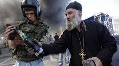 7 août 2014. Des manifestants allument un cocktail Molotov lors d'un affrontements avec les forces pro-gouvernementales sur la place Maïdan à Kiev en Ukraine.