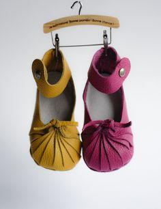 Babyschuhe zum Selber nähen!  Ein super Geschenk zur Geburt oder Taufe! Ganz nach dem Motto: Jeder kann nähen! Einfach Fäden und Nadeln benutzen, die jedem Kit beiliegen und nach Anleitung zusammennähen. Fertig ist ihr ganz individuelles Geschenk! Hergestellt aus hochqualitativem, natürlichen Rindsleder, der Schuh ist daher sehr weiche und langlebig. Alle Elemente der First Baby Shoes Schuhe sind in der EU hergestellt.