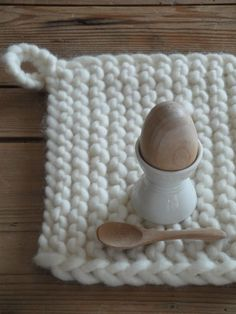big tricot at home… Egg Holder, Pot Holders, Diy Accessories, Decorative Accessories, Crochet Home, Knit Crochet, Cosy Kitchen, Cotton Cord, Kitchen Gloves