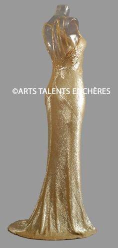 Gabrielle CHANEL  Exceptionnelle robe du soir, brodée de nacres dorées et argentées sur tulle de soie, vers 1931. Haute couture, griffée et numérotée. Provenance: collection Gloria Swanson.