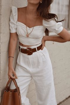 Beautiful summer outfit, white high waisted pleated pants with white top and brown belt Our new fashion obsession White Outfits, Classy Outfits, Trendy Outfits, Fashionable Outfits, Spring Summer Fashion, Spring Outfits, Summer Pants Outfits, Outfit Summer, Summer Dresses