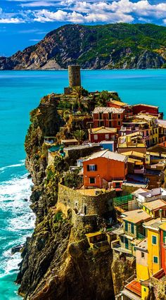 What a great article about tips and trips for traveling through Italy! Beautiful Vernazza, Cinque Terre | Italy Travel Guide