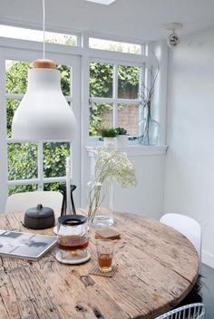 table rustique, table ronde bois dans une pièce blanche