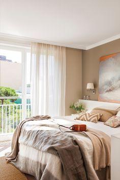 En el dormitorio. La funda nórdica es de Filocolore y el plaid verde de Sacum. Los apliques son de Biosca&Botey. El cuadro es de Carmen Tarazona.