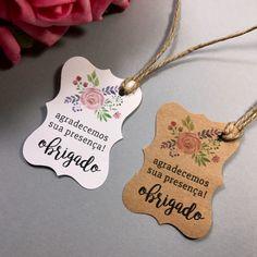 - Impresso no papel Kraft ou verge branco (escolher)  - Tamanho aproximado: 5,5x3,5cm  - Furo de 3mm no canto superior direito  - Acompanha cordão rústico no tamanho aproximado de 40cm    IMPORTANTE:  1) Não é possível fazer impressão frente e verso;  2) Não é possível alterar o tamanho;  3) Caso... Diy Crafts Hacks, Diy Arts And Crafts, Wedding Favours, Wedding Cards, Mexican Invitations, Craft Packaging, Decoupage Vintage, Lettering Tutorial, Gift Tags Printable