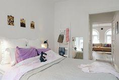 Schlafzimmer-gestalten-im-skandinavischen-Stil-Holztreppe-als-Kleiderbügel-persünliche-Photos-als-Wand-Deko - Schlafzimmer gestalten – 30 moderne Ideen im skandinavischen Stil