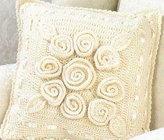kremrengi gül motifli örgü kırlent modeli