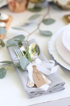 fall tablescape with tied cutlery and name tag / http://www.himisspuff.com/kraft-paper-wedding-decor-ideas/4/